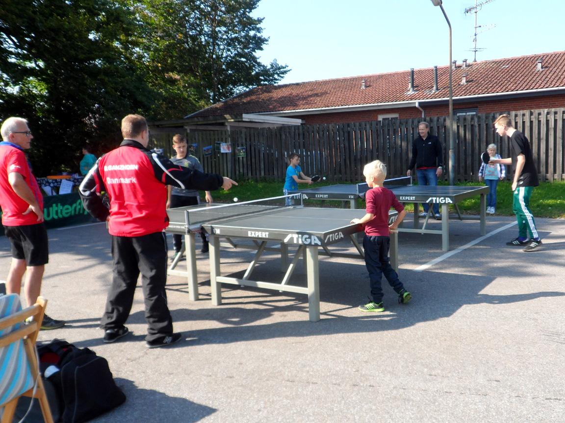 Fra turneringen. Brian Ganzhorn (nærmest) og Jørn Mogensen fra bordtennisafdelingen dømmer kampene ved de to borde.